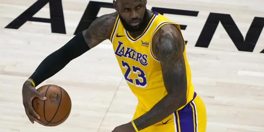 LeBron James Takes Respobility in Absence of Davis